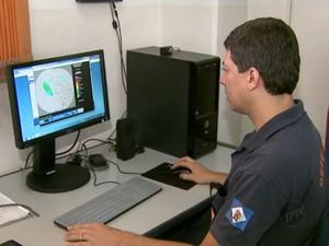 Funcionário da Defesa Civil monitora áreas de risco em Rio Claro, SP (Foto: Reprodução/EPTV)