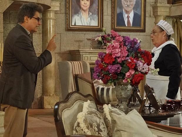 Felipe entrega a chave para Olívia e não permite que ela solte o motorista (Foto: Guerra dos Sexos/ TV Globo)