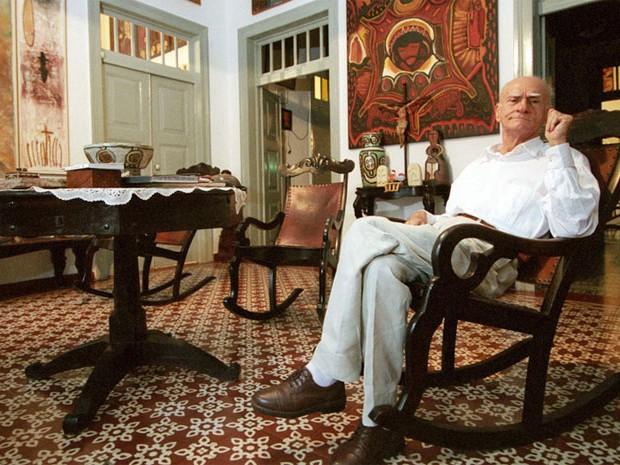 O escritor Ariano Suassuna posa em sua casa, no bairro de Casa Forte, Recife, em 13 de junho de 2005  (Foto: Rodrigo Lobo/Estadão Conteúdo)