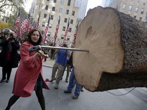 Rachel Drosdick-Sigafoos, proprietária da fazenda onde estava o pinheiro, participa da cerimônia de montagem da árvore (Foto: Richard Drew/AP)