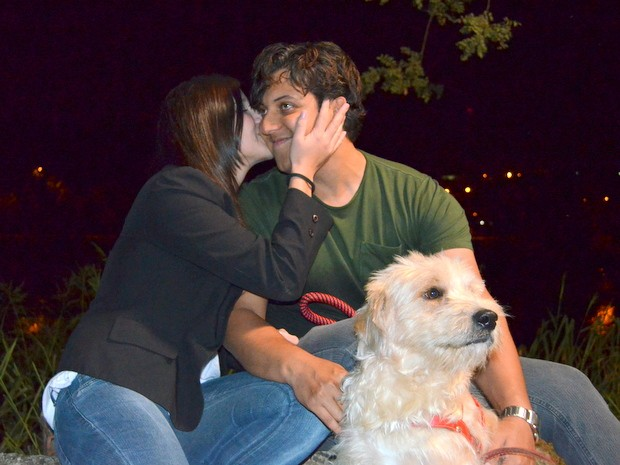 Cachorro abandonado une casal de Piracicaba depois de vídeo na web (Foto: Fernanda Zanetti/G1)