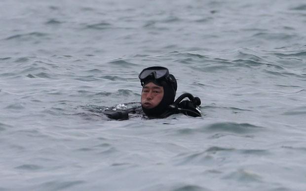 Mergulhador trabalha no resgate da embarcação 'Sewol' no mar de Jindo (Foto: Kim Hong-ji/Reuters)
