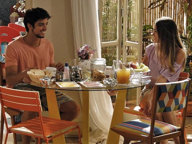 Toda feliz, Fatinha prepara a mesa do café da manhã especialmente para o amado (Foto: Malhação / TV Globo)