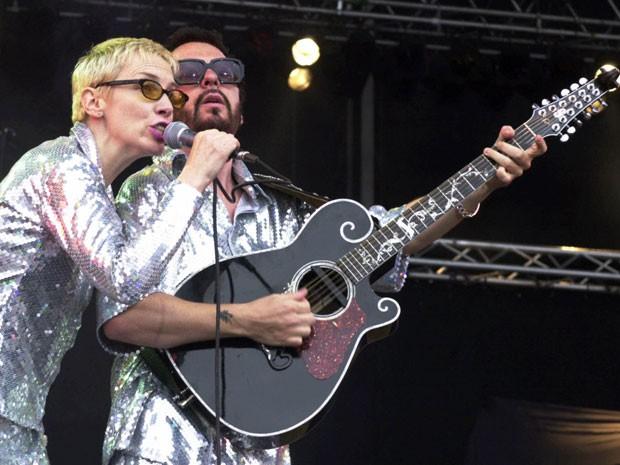 Annie Lennox e Dave Stewart durante show do Eurythmics no festival Rock at the Ring., em Nürburg, na Alemanha, em 10 de junho de 2000 (Foto: AP Photo/Pool)