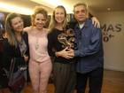 Grávida de gêmeos, Luana Piovani vai ao teatro na Zona Sul do Rio