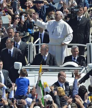 Religiosos comemoram o domingo de Páscoa pelo mundo (Andreas Solaro/ AFP)