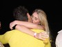Bárbara Evans dá beijaço no namorado Lucas no Réveillon