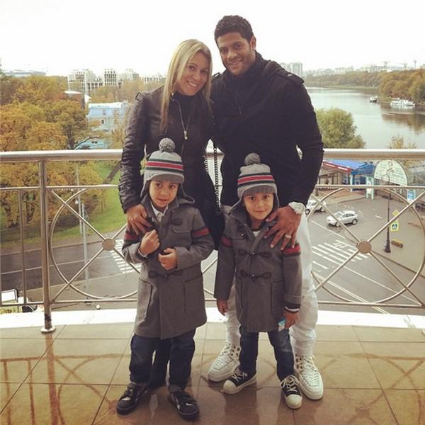 O jogador Huck, com os filhos e a esposa (Foto: Reprodução / Instagram)