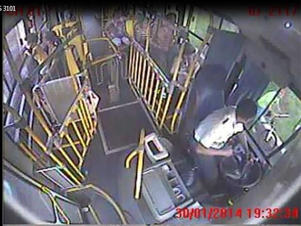 Câmeras de segurança de ônibus flagram momento em que jovem se aproxima do veículo com pedaço de madeira na mão (Foto: Reprodução/EPTV)
