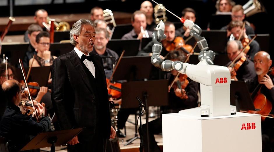Andrea Bocelli e o robô YuMi se apresentaram juntos na Itália (Foto: Divulgação)