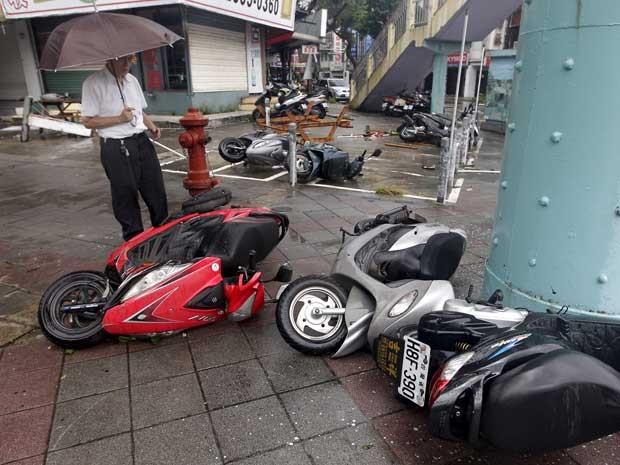 Vento derrubou motocicletas como se elas fossem brinquedos (Foto: Pichi Chuang / Reuters)