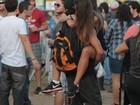 Caio Castro carrega morena nos braços em pleno Lollapalooza