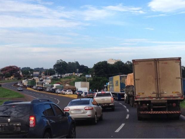 Bloqueio parcial dos caminhoneiros causou lentidão no trânsito na BR-369, em Arapongas (Foto: Alberto D'Angele/RPC)