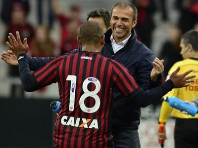 Atacante Walter e técnico Milton Mendes do Atlético-PR (Foto: Site oficial do Atlético-PR/Gustavo Oliveira)