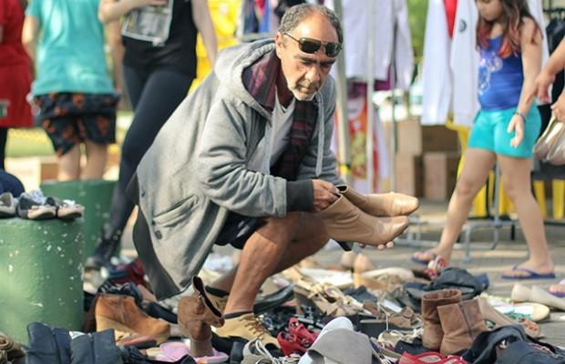 Projeto monta 'loja grátis' para doar roupas à moradores de rua, em Goiás (Foto: Divulgação)