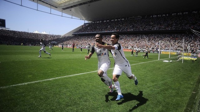 Jogadores corinthianos comemoram gol (Foto: Marcos Ribolli/GE)
