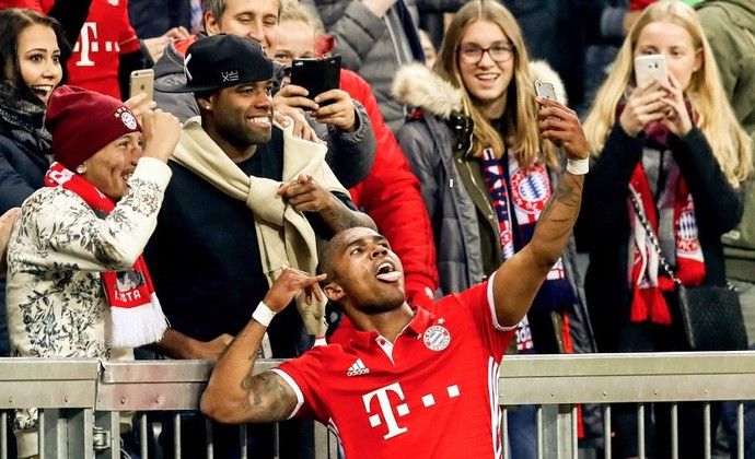 Douglas Costa selfie Bayern (Foto: Reprodução / Twitter)