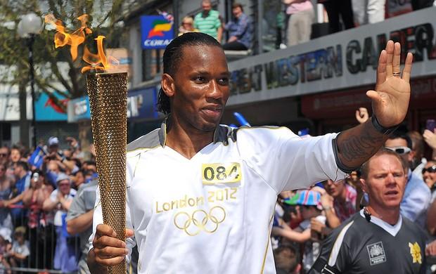 Drogba no revezamento com a tocha olímpica  (Foto: AFP)