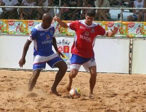 Júnior Negão disputa bola com Aguinaldo (Foto: Divulgação/Pauta Livre)