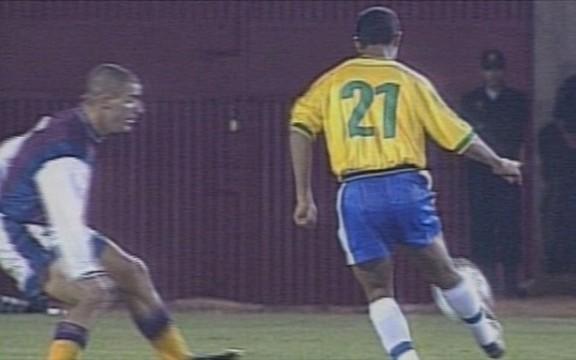 Ronaldinho Gaúcho em golaço contra a Venezuela, pela Copa América de 1999 (Foto: Reprodução)
