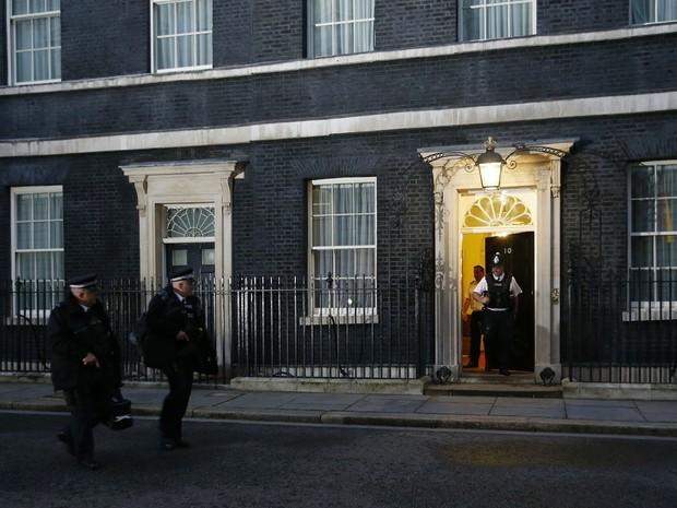 O dia amanhã no Reino Unido e começa uma movimentação diante do número 10 de Downing Street, residência oficial do premiê britânico David Cameron (Foto: AP Photo/Alastair Grant)