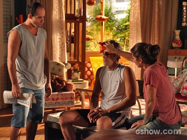 Barraqueiro de praia salva Cadu e deixa o bonitão em casa com Clara (Foto: Carol Caminha/ TV Globo)