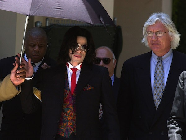 O cantor Michael Jackson com o advogado Thomas Mesereau em 2004 (Foto: Getty Images)