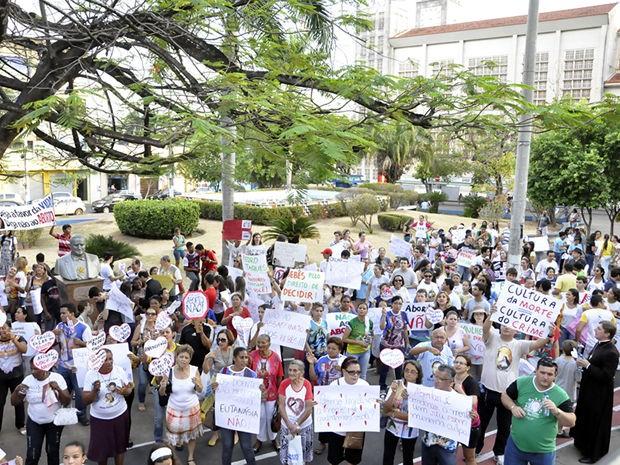 Manifestantes religiosos protestaram em praça de Cuiabá. (Foto: Gésseca Ronfim/G1)