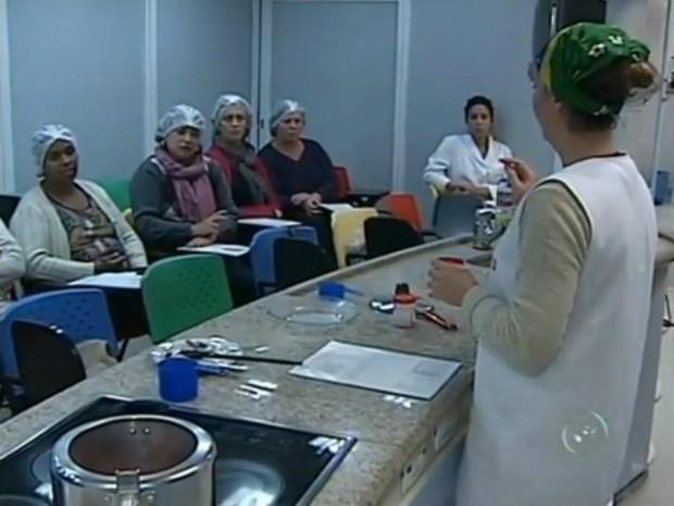 Cursos são realizados em uma cozinha móvel (Foto: Reprodução / TV TEM)