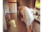 Luana Piovani varre a casa de pijama em domingo 'gente como a gente'
