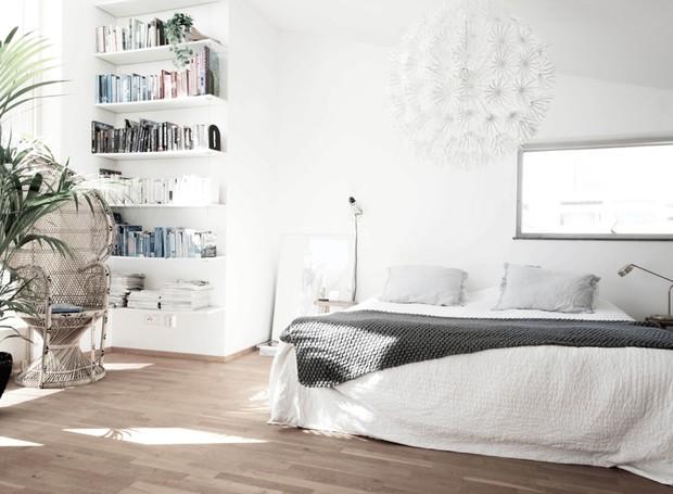 Cores claras e grandes espaços vazios são as principais características do estilo escandinavo. A presença de prateleiras é indispensável, na opinião de Niki (Foto: Divulgação)