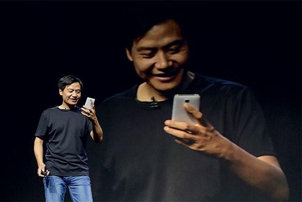 """Lei Jun, o fundador da Xiaomi, em uma apresentação de aparelhos da marca. Ele é chamado de o """"Steve Jobs asiático"""" (Foto: Jason Lee/REUTERS)"""