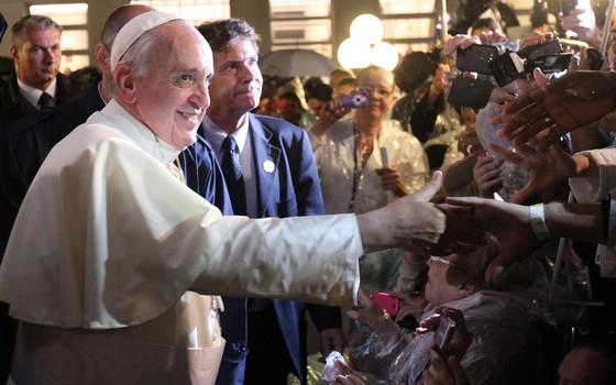 Papa cumprimenta fiéis na entrada do Hospital São Francisco de Assis (Foto: Antonio Lacerda/EFE)
