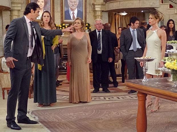 Nando e Juliana discutem bem no meio da festa de noivado (Foto: Guerra dos Sexos / TV Globo)