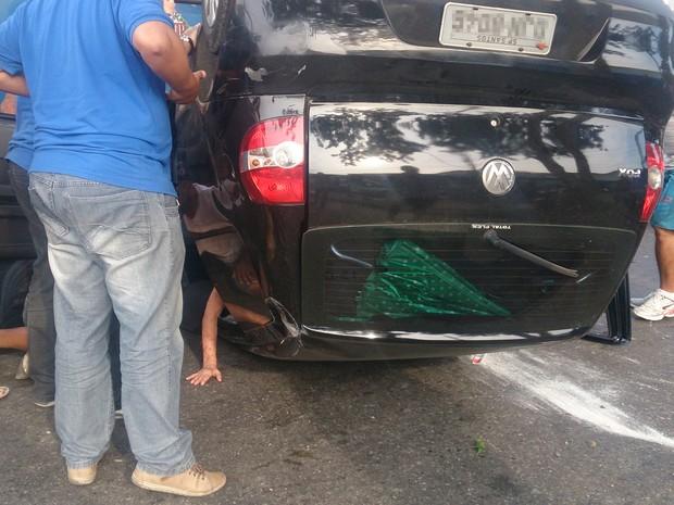 Idosa ficou presa de cabeça para baixo dentro de carro em São Vicente (Foto: LG Rodrigues / G1)
