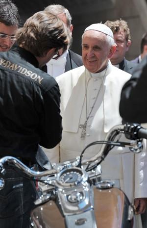 Em foto de junho de 2012, Papa Francisco recebe moto da Harley-Davidson (Foto: AP Photo/L'Osservatore Romano)