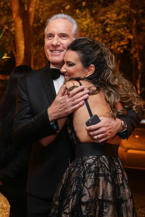 Roberto Justus abraça Andrea Guimarães (Foto: Manuela Scarpa/Brazil News)