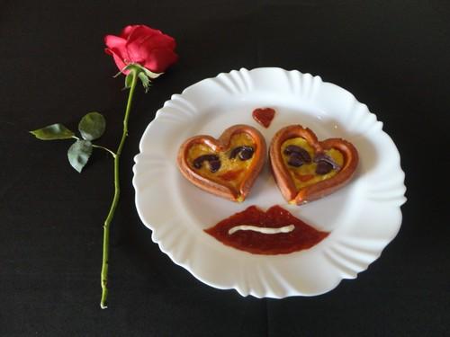 Salsichas em Formato de Coração com Omelete