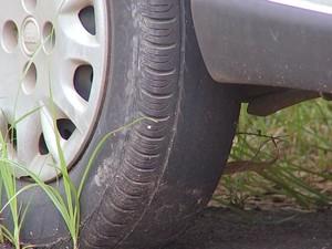 Veículos da Guarda estão com pneus carecas (Foto: Reprodução/TV TEM)
