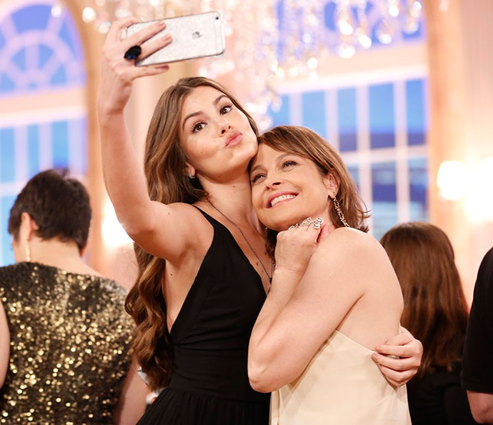 Camila Queiroz faz uma selfie com Drica Moraes (Foto: Ellen Soares/Gshow)