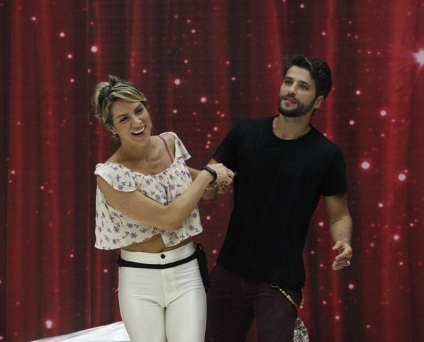 Giovanna Ewbank leva Bruno Gagliasso para o meio da sala de ensaio (Foto: Raphael Dias/ TV Globo)