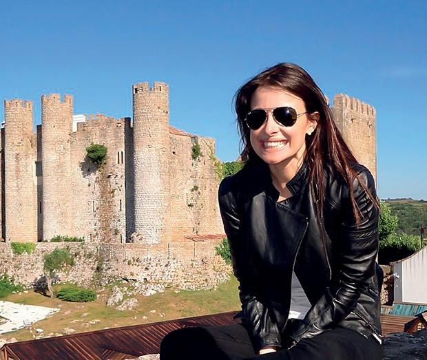 Apaixonada por  viagens, há dois  anos, Bruna foi a  Óbidos, em Portugal  (Foto:  )