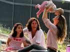 Gisele Bündchen se diverte com a filha em parque