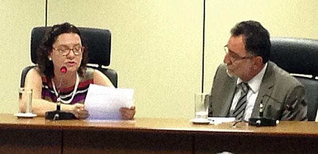 A nova presidente do Incra, Lúcia Falcon, ao tomar posse, e o ministro Patrus Ananias (Foto: Rafaela Brito / G1)