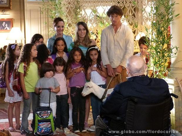 Guiomar leva crianças da ONG para se divertirem na mansão (Foto: Flor do Caribe / TV Globo)
