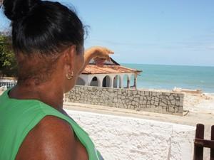 'Tenho medo do que Deus queira mandar', disse a moradora Dona Marluce  que  teme que algum dia o mar realmente invada Baía da Traição (Foto: Inaê Teles/G1)