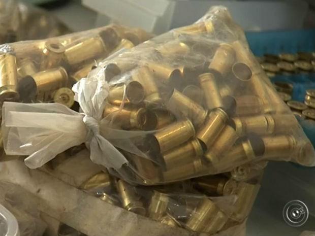 Delegado de polícia acredita que munições são antigas. Objetos serão analisados. (Foto: Reprodução/TV TEM)