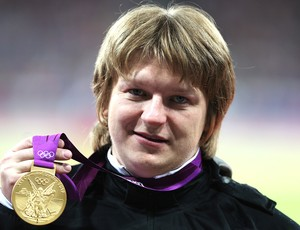 Nadzeya Ostapchuk com a medalha do arremesso de peso em Londres (Foto: Getty Images)