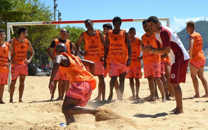 Desportiva intensificou treinamentos com atividades na praia no início da semana (Foto: Henrique Montovanelli/Desportiva Ferroviária)