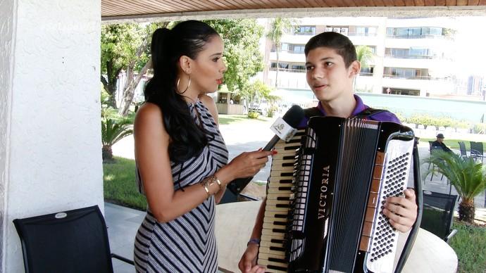 Niara Meireles entrevista o jovem sanfoneiro Átila Ramos. (Foto: Produção / Se Liga VM)